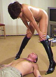 Kinky leather booted bitch facesits
